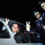 El entonces presidente de la República Leonel Fernández hace la señal de la victoria al recibir los dos primeros Tucanos comprados a Brazil. Le observan el entonces jefe  de las Fuerzas Armadas, Pedro Rafael Peña Antonio, y el jJefe de la Fuerza Aérea Dominicana, Carlos Rafael Altuna Tezanos. Archivo.
