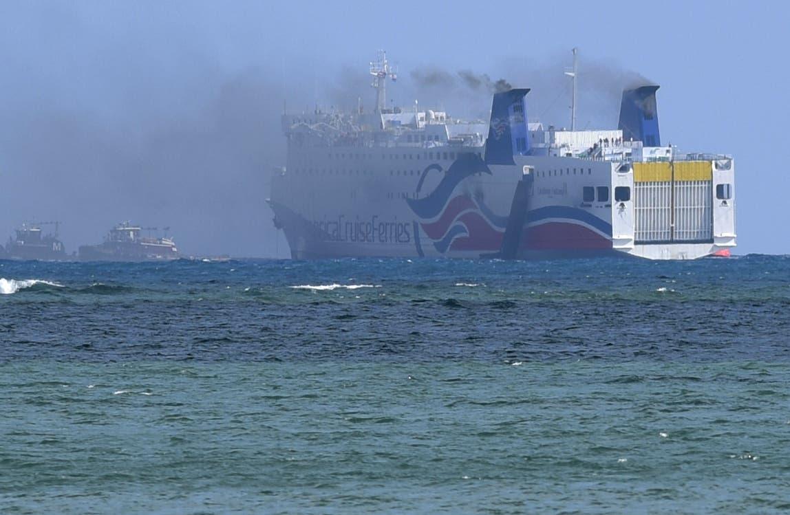 Se alza humo del crucero Caribbean Fantasy frente a la costa de San Juan, Puerto Rico, miércoles 17 de agosto de 2016. Medio millar de personas fueron evacuadas al estallar un incendio en el buque que hace de transbordador entre Puerto Rico y República Dominicana.  (AP Foto/Carlos Giusti)