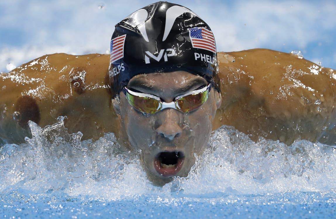 El estadounidense Michael Phelps compite en los 200 metros mariposa en los Juegos Olímpicos de Río de Janeiro el lunes, 8 de agosto de 2016. (AP Photo/Michael Sohn)