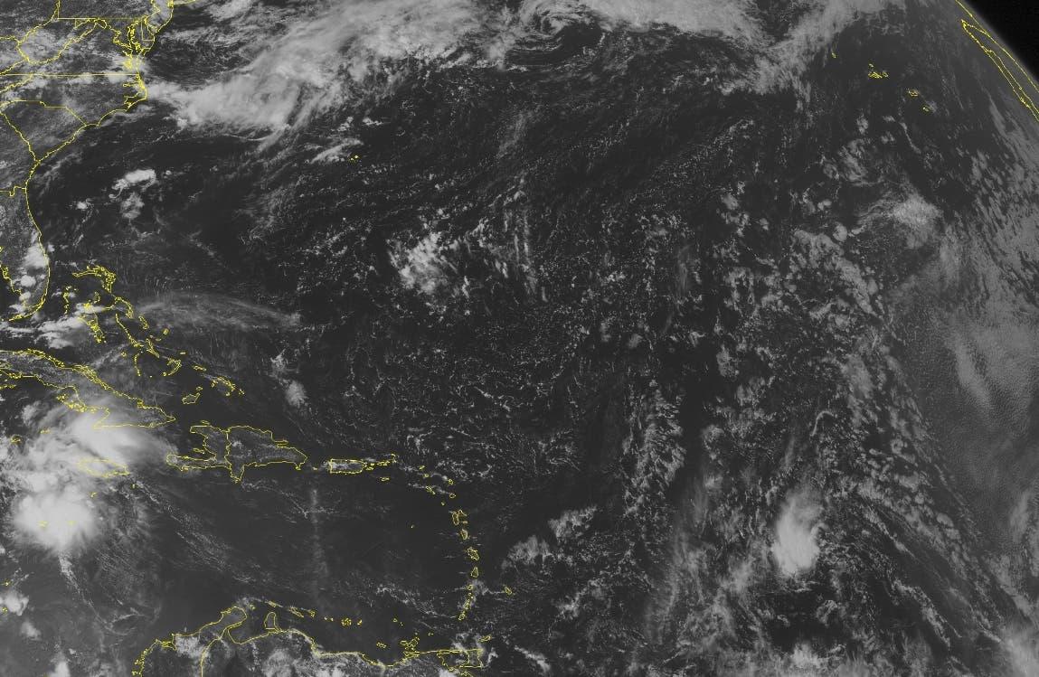 En esta imagen de NOAA tomada por satélite el martes 2 de agosto de 2016 a las 12:45 PM EDT, la tormenta tropical Earl aparece 210 millas al sur de Gran Caimán. (Weather Underground via AP)