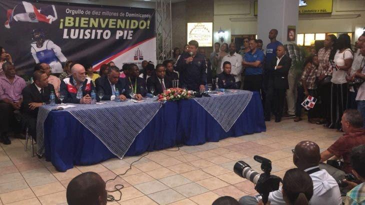 Luisito Pie es recibido en el AILA junto a delegación participó en Juegos de Río