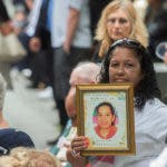ARCHIVO - En esta imagen de archivo del 11 de septiembre de 2015, una mujer sostiene una fotografía durante una ceremonia en memoria de los atentados del 11 de septiembre de 2001 contra el World Trade Center en Nueva York. (AP Foto/Bryan R. Smith, Archivo)