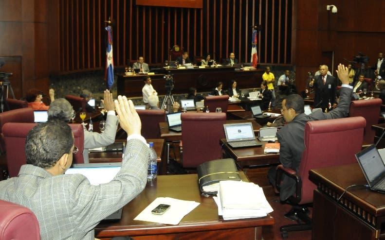 El Senado aprobó este lunes en dos lecturas seguidas el proyecto de Ley Orgánica del Tribunal Constitucional  y de los Procedimientos Constitucionales.En Foto.Los Senador Votando.HOY.Alina Mieses.20.12.2010.