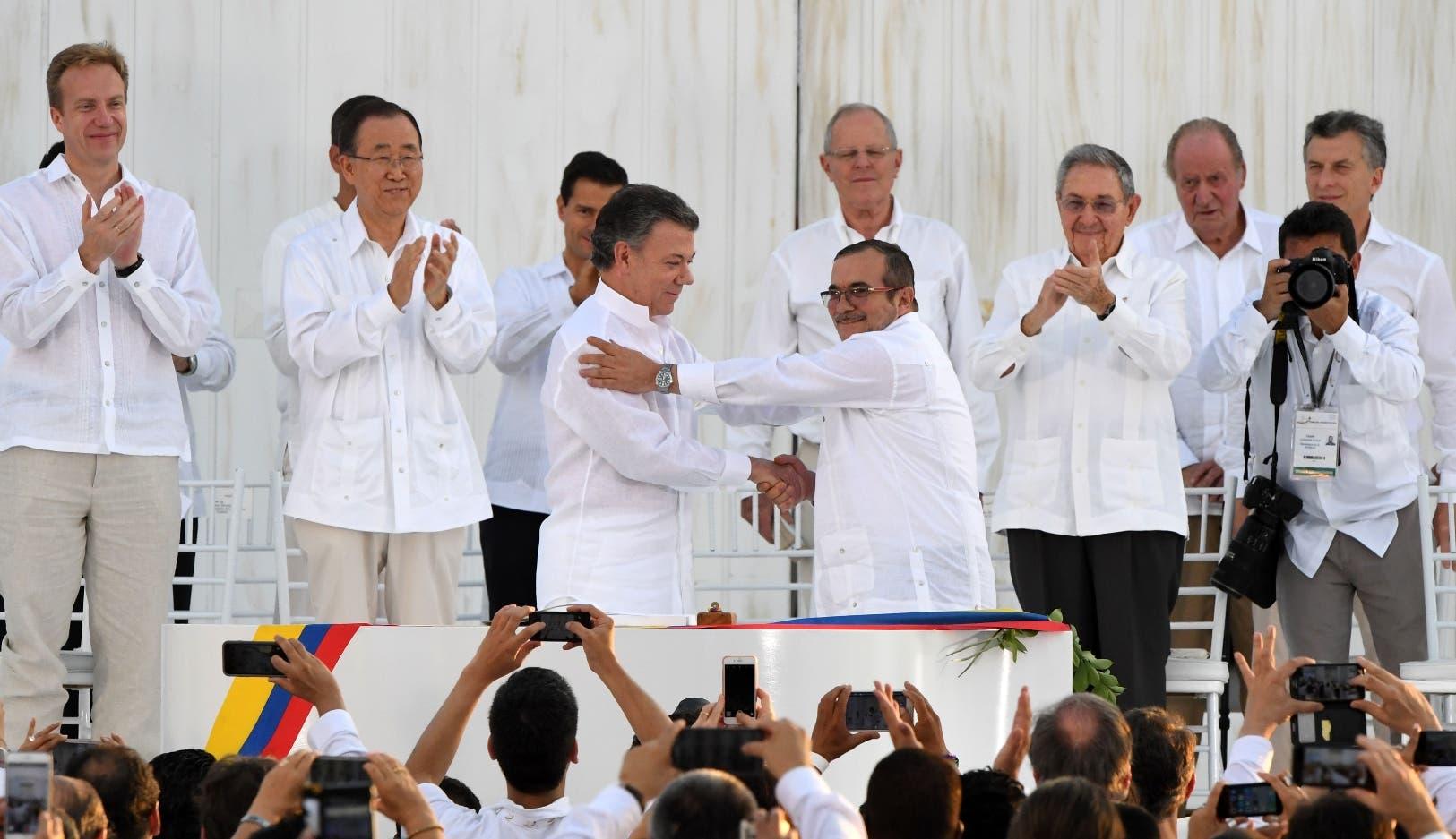 """El presidente de Colombia, Juan Manuel Santos, y el jefe máximo de las FARC, Rodrigo Londoño, alias """"Timochenko"""", firmaron hoy en Bogotá el nuevo acuerdo de paz para terminar 52 años de conflicto armado interno."""