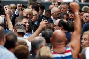 El candidato republicano a la presidencia, Donald Trump, arriba a la izquierda, y otras personas participan en la ceremonia del 15to aniversario de los atentados en el World Trade Center, en el National September 11 Memorial, el domingo 11 de septiembre de 2016, en Nueva York. (AP Foto/Mary Altaffer)