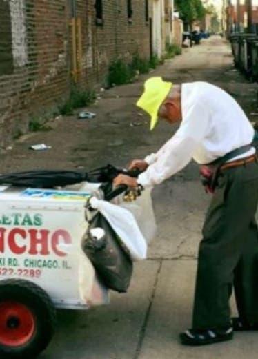 Recaudan dinero para que anciano no venda helados