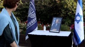 An Israeli woman looks at a framed portrait of former Israeli president and Nobel Peace Prize winner Shimon Peres displayed after his death outside the presidential compound in Jerusalem, on September 28, 2016. Israel and global leaders mourned the death of ex-president and Nobel Peace Prize winner Shimon Peres on September 28, 2016 as the country prepared for a funeral expected to be attended by major world figures. Peres, who was 93, held nearly every major office in the country, serving twice as prime minister and also as president, a mostly ceremonial role, from 2007 to 2014.   / AFP / GALI TIBBON