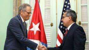 HAB02. LA HABANA (CUBA), 01/07/2015.- El ministro interino de Relaciones Exteriores de Cuba, Marcelino Medina (d), se reúne con el jefe de la Sección de Intereses de EE.UU. en La Habana, Jeffrey DeLaurentis, hoy, miércoles, 1 de julio de 2015, en La Habana (Cuba). DeLaurentis entregó hoy a la Cancillería cubana una carta del presidente Barack Obama dirigida a su homólogo de la isla, Raúl Castro, sobre el restablecimiento de relaciones diplomáticas y apertura de embajadas. EFE/Alejandro Ernesto CUBA EEUU