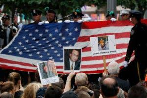 Familiares de víctimas sostienen fotos de sus seres queridos en el 15to aniversario de los atentados en el World Trade Center, en el National September 11 Memorial, el domingo 11 de septiembre de 2016, en Nueva York. (AP Foto/Mary Altaffer)