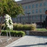 US President Barack Obama observes a moment of silence after laying a wreath during a ceremony commemorating the September 11, 2001 attacks at the Pentagon in Washington, DC, on September 11, 2016. / AFP / NICHOLAS KAMM