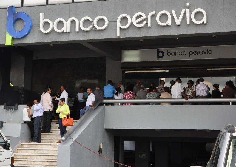 Decenas de ahorrantes del Banco Peravia se presentò al local de la instituciòn, este lunes en buscando  informe de sus ahorros. Hoy/ Guillermo Burgos   24 11 2014