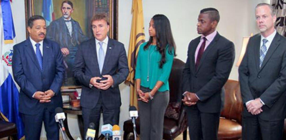 Rosario Márquez recibe visita del embajador de Estados Unidos de América James Brewster. Hoy/JCE 16/9/15