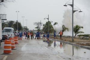 Brigadas de Obras Públicas trabajan en el retiro de los escombros.