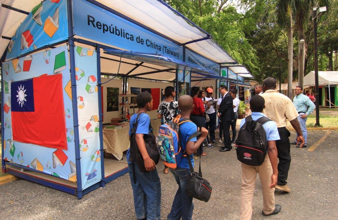El embajador de Taiwán en República Dominicana, Valentino Ji Zen Tang, presento el estand que presnta la cultura de ese pais  en la feria de l libro. Foto: Elieser Tapìa.
