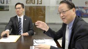 El embajador de Taiwán en la República Dominicana, Valentino Ji Zen Tang (a la derecha) durante una entrevista en la redacción de El Día. Foto: José de León.