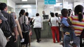 Ciento de gentes asiente al Hospital Luis Eduardo Aybar (El Morgan) Santo Domingo  República Dominicana. 8 de enero del 2014. Foto Pedro Sosa