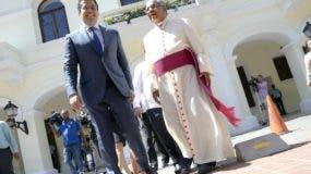 El Arzobispo de Santo Domingo,Monseñor Francisco Ozoria y el alcalde del mismo lugar, se reunierón en el ayuntamiento consistorial,a sus salida ambos se pasearón por el parque colón junto a la catedral donde saludarón varias persona entre cellos turistas/foto Jose de Leon