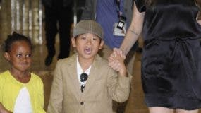"""CORRECTING CITY IN IPTC US actress Angelina Jolie (2R), accompanied by her children Maddox (L), Zahara (2L), Pax (3L) and Shiloh (R), arrives at the Narita International Airport on July 26, 2010. Jolie arrived in Japan to promote her latest film, the spy-thriller """"Salt"""". AFP PHOTO/Yoshikazu TSUNO"""