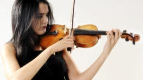 Aisha Syed. Destacada violinista dominicana. Photo: Arismendy Lora