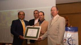 el-presidente-de-la-federacion-dominicana-de-comerciantes-junto-al-embajador-de-cuba-carlos-de-la-nuez-entregan-el-premio-de-la-exclencia-empresarial-a-gabriel-guzman-1