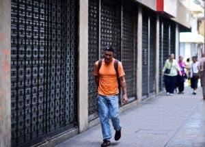 Muchos negocios acataron el llamado a huelga que hizo la oposición. / AFP / RONALDO SCHEMIDT