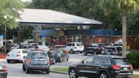 Automovilistas se forman para llenar los tanques de combustible de sus vehículos ante la aproximación del huracán Matthew, en una gasolinera en Mount Pleasant, South Carolina, el martes 4 de octubre de 2016. (AP Foto/Bruce Smith)