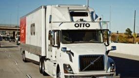 Esta foto de octubre del 2016 provista por Anheuser-Busch muestra un tracto-camión que entrega cerveza en Colorado. Anheuser-Busch dice que ha llevado a cabo el primer envío de cargo comercial en el mundo con un camión autónomo, despachando un tracto-camión lleno de cervezas a casi 200 kilómetros (120 millas) a través de Colorado. (Kyle Bullington/Otto/Anheuser-Busch via AP)