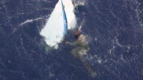 Miembros de la Fuerza Aérea recuperan restos de la aeronave