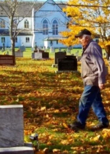 Anciano de 90 años decide cavar su propia tumba