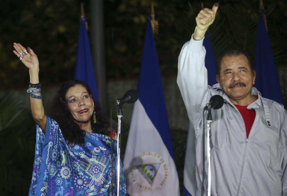 El presidente de Nicaragua y candidato a la reelección, Daniel Ortega, y su esposa y candidata a la vicepresidencia, Rosario Murillo, saludan a sus seguidores tras votar en Managua, Nicaragua, el domingo 6 de noviembre de 2016. (AP Foto/Esteban Félix)
