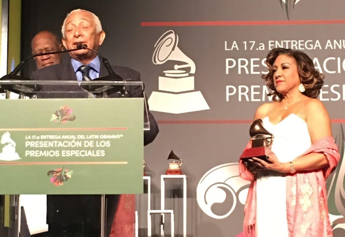 Rafael Solano recibe con júbilo su Grammy
