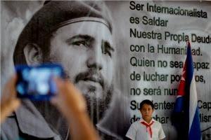 Desde el lunes, cientos de miles de cubanos pasan por la Plaza de la Revolución en La Habana, donde está la imagen del líder que murió el viernes los 90 años y que apoyó los movimientos rebeldes en América.