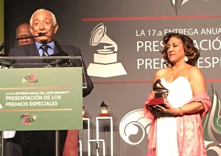 El maestro Rafael Solano recibe un Grammy especial
