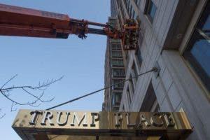 """Un grupo de vecinos empezó a movilizarse durante la campaña electoral porque aseguraban sentir """"vergüenza"""" de vivir en un edificio con el nombre del entonces candidato republicano."""