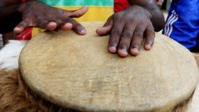 """BOG01. SAN BASILIO DE PALENQUE (COLOMBIA), 17/10/2016. - Fotografía del 16 de octubre de 2016 de un tamborero durante el XXXI Festival de Tambores y Expresiones Culturales de Palenque, en San Basilio de Palenque (Colombia). El Festival de Tambores y Expresiones Culturales de Palenque, cuya XXXI edición concluyó hoy, tiene el objetivo de fomentar la consolidación del """"espacio de visibilización y divulgación"""" de la cultura afrodescendiente del pequeño pueblo colombiano de San Basilio de Palenque. EFE/RICARDO MALDONADO ROZO"""