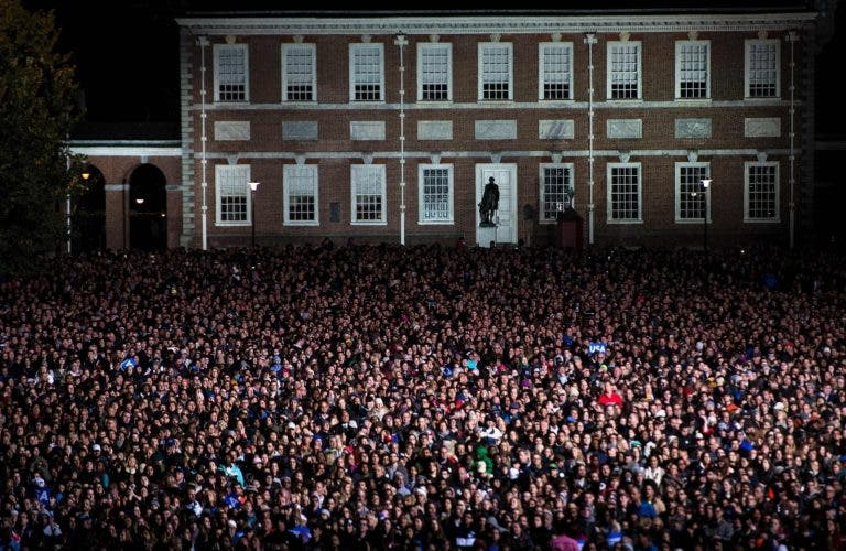 People gather for a rally with Democratic presidential nominee Hillary Clinton, former US President Clinton, US President Barack Obama on Independence Mall, November 7, 2016 in Philadelphia, Pennsylvania. / AFP / Brendan Smialowski