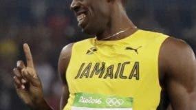 En esta foto de archivo del 17 de agosto de 2016, el velocista jamaiquino Usain Bolt, derecha, bromea con el corredor canadiense Andre De Grasse en las semifinales de los 200 metros de los Juegos Olímpicos de Río de Janeiro. (AP Photo/David J. Phillip, File)