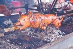 Los dominicanos tradicionalmente preparan un lechón en puya para la cena de Nochebuena y año nuevo.