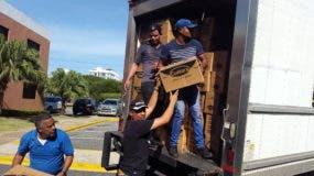 Voluntarios del Movimiento de Cursillo de Cristiandad en la Casa San Pablo mientras cargaban a un camión las ayudas para ser enviadas en Puerto Plata.