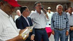 Eric Rivero junto a Pedro Brache, quien representó a Pasteurizadora Rica para recibir un reconocimiento de Aproleche.