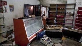 Una tienda de comestibles aperece desordenada tras ser saqueada por manifestantes en Ciudad Bolivar, Venezuela. AP