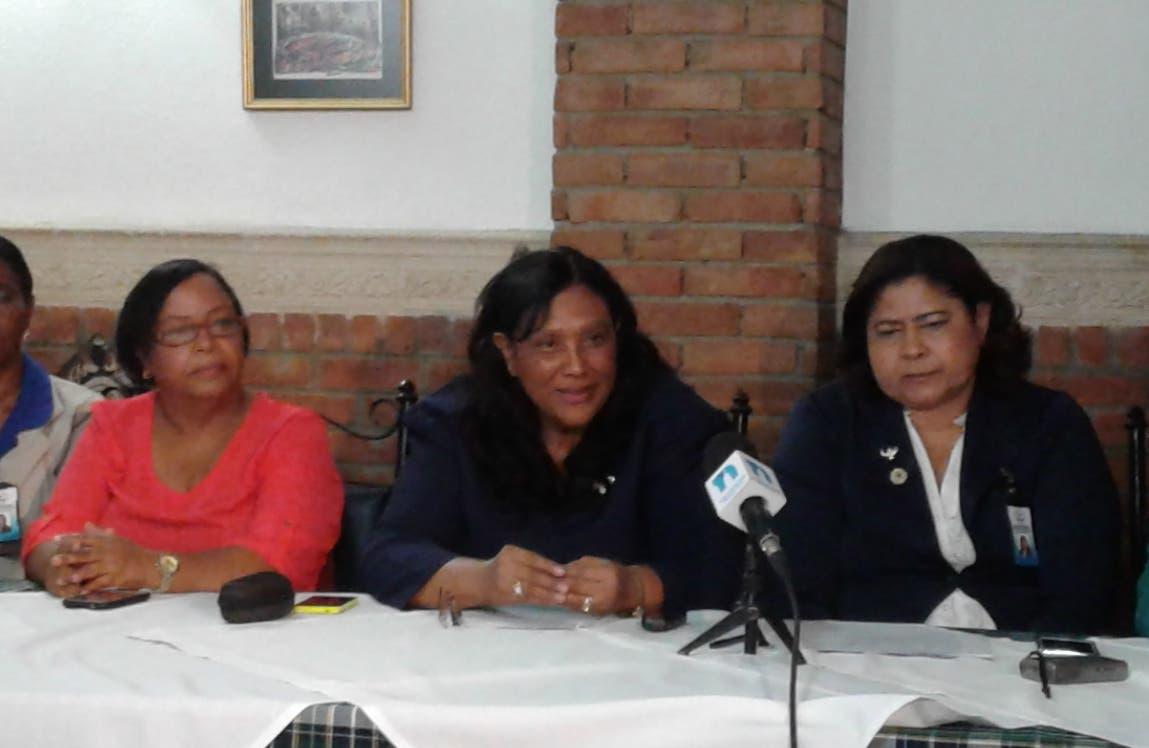 Rafaela Figuereo y Antonia Rodríguez junto a otros integrantes de los gremios.