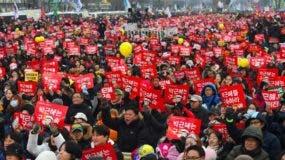Manifestantes asisten a una manifestación pidiendo la inmediata retirada del presidente impugnado de Corea del Sur Park Geun-Hye en el centro de Seúl.