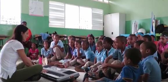 Esta iniciativa que permite que los pequeños y profesores aprendan a hacer sus propios instrumentos.