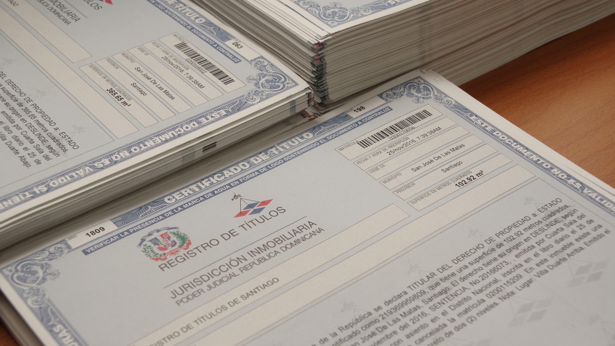 Comisión de Titulación recibe títulos definitivos para familias San José de las Matas