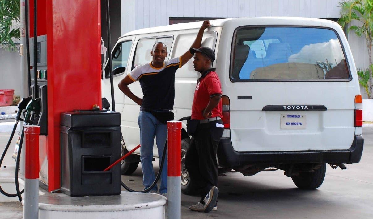 No hay escasez de gasolina  hoy en Santo Domingo y la del tipo Premium prácticamente se agotó en alguno sitio. De 10 estaciones de combustibles visitadas, sólo  una no disponía de gasolina de ninguno tipo de gasolina durante un recorrido por diferentes estaciones. Santo Domingo Republica Dominicana. 12 de noviembre de 2007. Foto Pedro Sosa