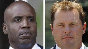 ARCHIVO - A la izquierda, en una foto tomada el 23 de junio de 2011, Barry Bonds sale de un tribunal federal en San Francisco. A la derecha, en una foto tomada el 14 de julio de 2011, Roger Clemens sale de un tribunal federal en Washington. (AP Photo/File)
