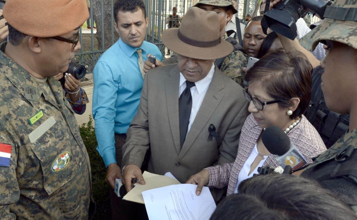 Ante la llegada del ex general Rafael Percival Matos al palacio nacional,la casa de gobierno tenia en las entredas varios guardia de elite especiales del ejercirto y la policia/foto Jose de Leon