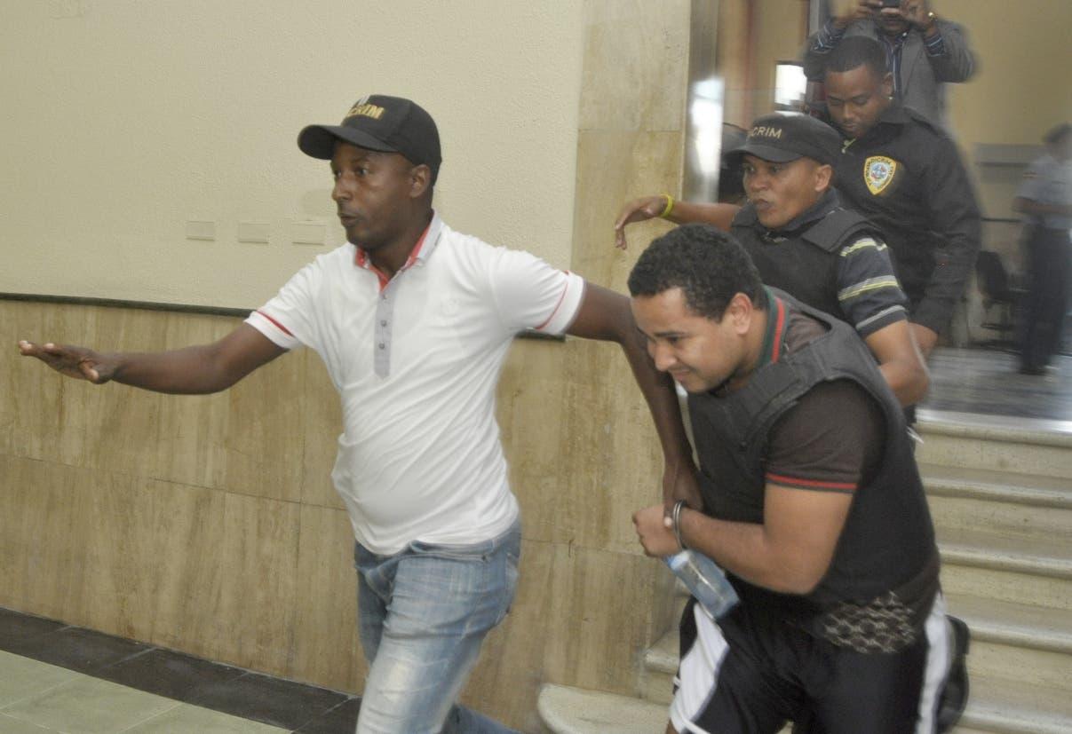 Brayan Peter Félix Paulino  mientras era conducido  por agentes en la Fiscalía del Distrito Nacional. Foto de archivo.