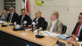 Parte de los miembros de la comisión designada por el presidente Danilo Medina para investigar la licitación que adjudicó la construcción de la Central Termoeléctrica de Punta Catalina, en Baní.